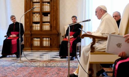 Aprender com Abraão a rezar com fé, a falar com Deus como um filho ao pai, Papa Francisco