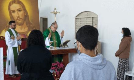 Dom Adair José Guimarães visita a Comunidade Coração Fiel