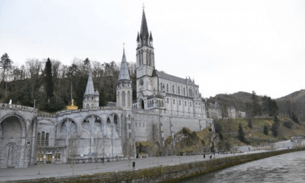 Lourdes reza pelo fim da pandemia